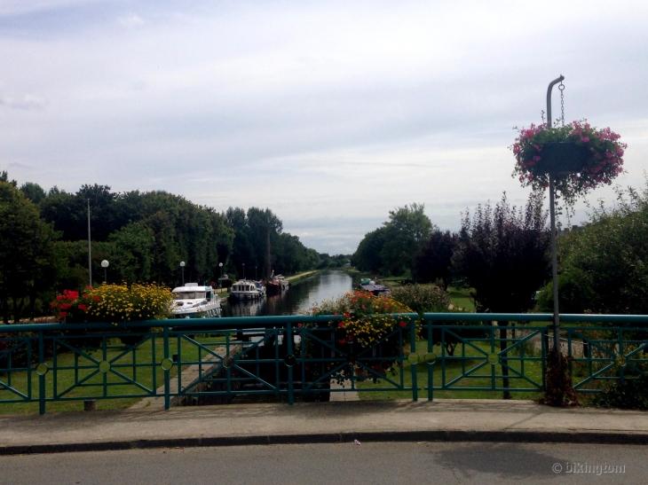 Blumenschmuck am Kanal