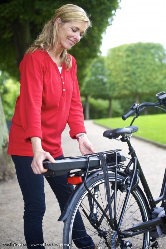 der Akku lässt sich einfach entnehmen und zum Aufladen mit ins Haus nehmen, auch wenn das Fahrrad vor der Tür bleibt.
