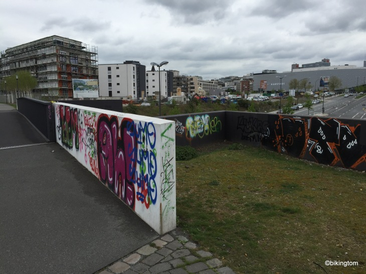 Geschmiere auf der Rheinischen Bahn-Trasse am Limbecker Platz in Essen.