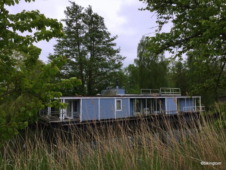 Hausboot auf dem Fluß. Man kann sich fühlen wie einst Tom Sawyer.