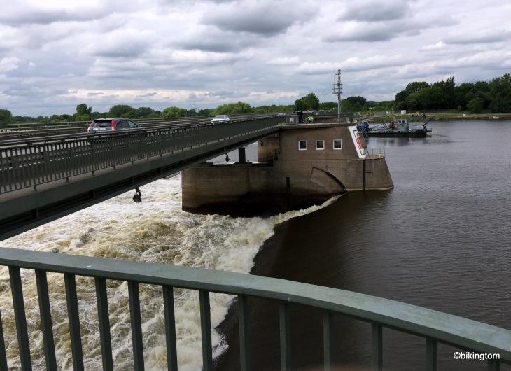Staustufe Elbe-Geesthacht. Beeindruckende Fließgeschwindigkeit.